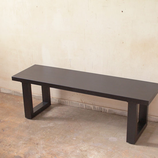 黒いアッシュのベンチ